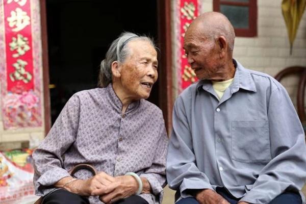 Cặp vợ chồng 82 tuổi vẫn vô cùng khỏe mạnh, minh mẫn: Bí quyết của họ đến từ việc ăn ít cơm, nhưng tăng cường 3 món siêu đơn giản-1