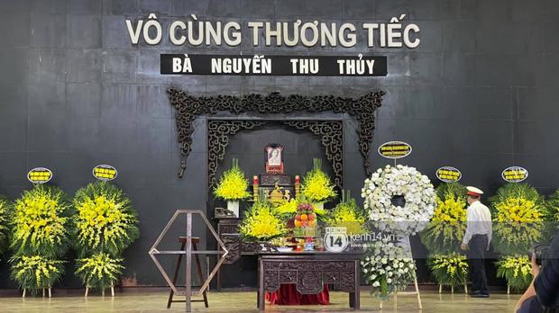 Tang lễ Hoa hậu Nguyễn Thu Thuỷ: Nụ cười trên di ảnh người quá cố gây xót xa, nhà tang lễ ngập tràn không khí u buồn-8