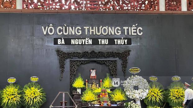 Tang lễ Hoa hậu Nguyễn Thu Thuỷ: Nụ cười trên di ảnh người quá cố gây xót xa, nhà tang lễ ngập tràn không khí u buồn-9