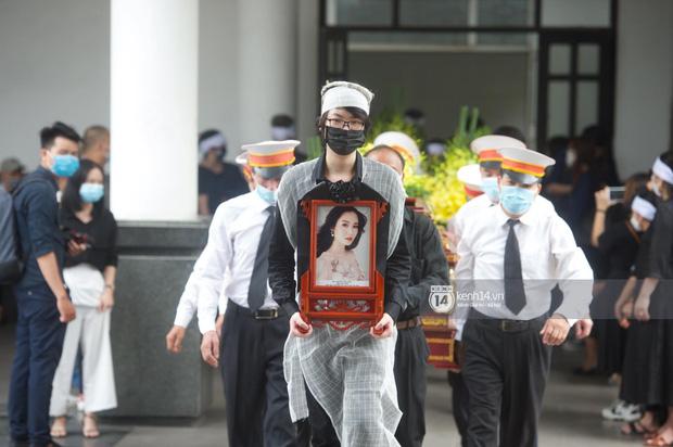 Tang lễ Hoa hậu Nguyễn Thu Thuỷ: Nụ cười trên di ảnh người quá cố gây xót xa, nhà tang lễ ngập tràn không khí u buồn-3