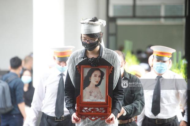 Tang lễ Hoa hậu Nguyễn Thu Thuỷ: Nụ cười trên di ảnh người quá cố gây xót xa, nhà tang lễ ngập tràn không khí u buồn-4