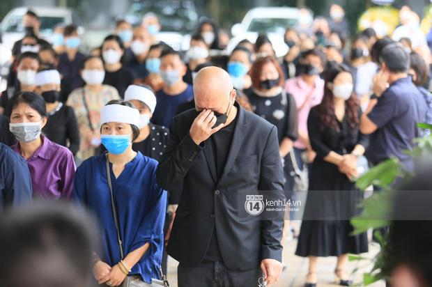 Tang lễ Hoa hậu Nguyễn Thu Thuỷ: Linh cữu được đưa đi hoả táng, em trai đau buồn ôm chặt di ảnh-26