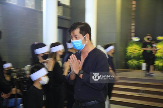 Tang lễ Hoa hậu Nguyễn Thu Thuỷ: Linh cữu được đưa đi hoả táng, em trai đau buồn ôm chặt di ảnh-21