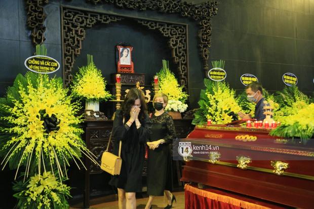 Tang lễ Hoa hậu Nguyễn Thu Thuỷ: Linh cữu được đưa đi hoả táng, em trai đau buồn ôm chặt di ảnh-23