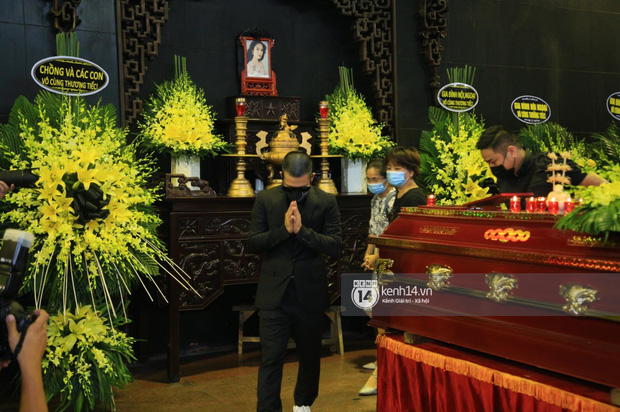 Tang lễ Hoa hậu Nguyễn Thu Thuỷ: Linh cữu được đưa đi hoả táng, em trai đau buồn ôm chặt di ảnh-20