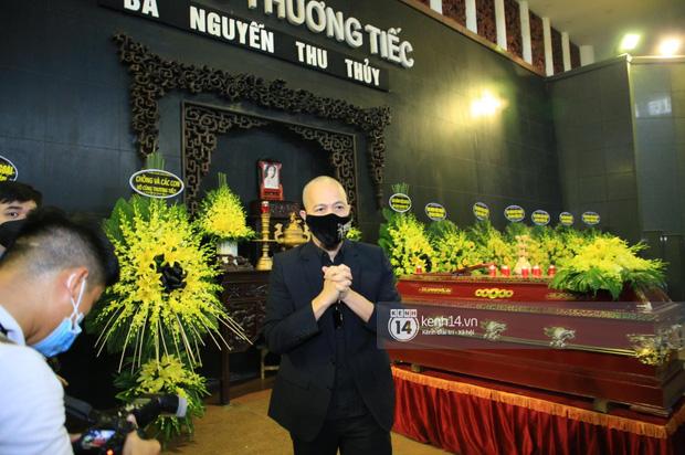 Tang lễ Hoa hậu Nguyễn Thu Thuỷ: Linh cữu được đưa đi hoả táng, em trai đau buồn ôm chặt di ảnh-19