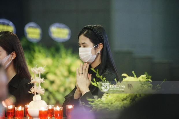 Tang lễ Hoa hậu Nguyễn Thu Thuỷ: Linh cữu được đưa đi hoả táng, em trai đau buồn ôm chặt di ảnh-17