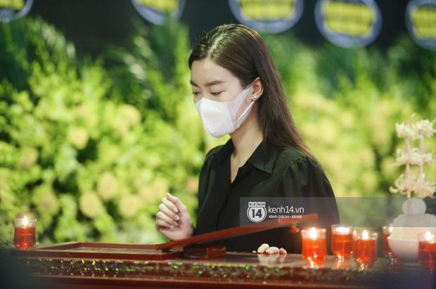 Tang lễ Hoa hậu Nguyễn Thu Thuỷ: Linh cữu được đưa đi hoả táng, em trai đau buồn ôm chặt di ảnh-15