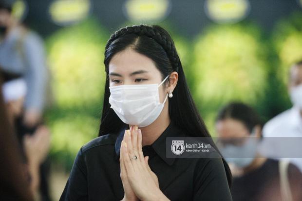 Tang lễ Hoa hậu Nguyễn Thu Thuỷ: Linh cữu được đưa đi hoả táng, em trai đau buồn ôm chặt di ảnh-16