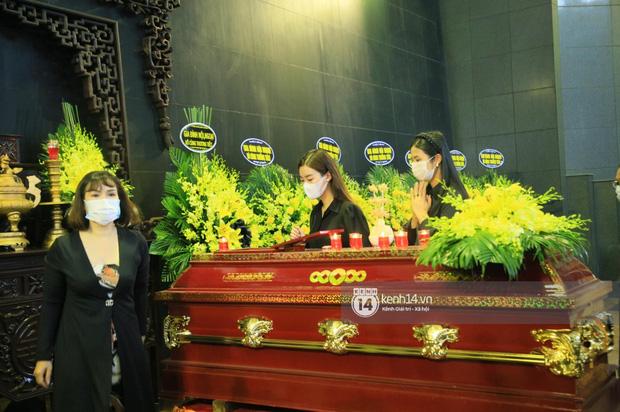 Tang lễ Hoa hậu Nguyễn Thu Thuỷ: Linh cữu được đưa đi hoả táng, em trai đau buồn ôm chặt di ảnh-18