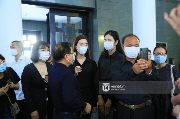 Tang lễ Hoa hậu Nguyễn Thu Thuỷ: Linh cữu được đưa đi hoả táng, em trai đau buồn ôm chặt di ảnh-14