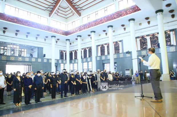 Tang lễ Hoa hậu Nguyễn Thu Thuỷ: Linh cữu được đưa đi hoả táng, em trai đau buồn ôm chặt di ảnh-11