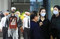 Tang lễ Hoa hậu Nguyễn Thu Thuỷ: Linh cữu được đưa đi hoả táng, em trai đau buồn ôm chặt di ảnh