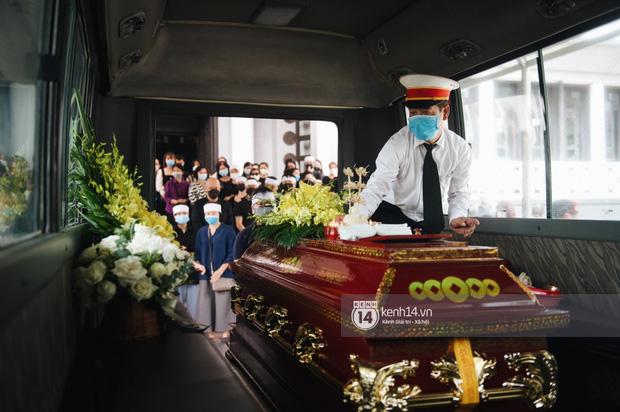 Tang lễ Hoa hậu Nguyễn Thu Thuỷ: Linh cữu được đưa đi hoả táng, em trai đau buồn ôm chặt di ảnh-5