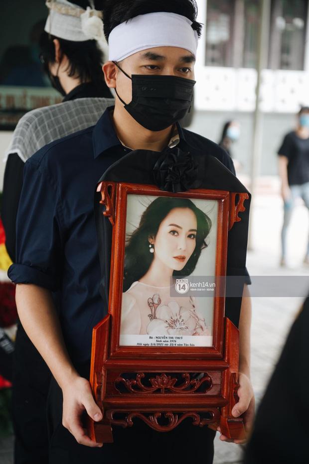 Tang lễ Hoa hậu Nguyễn Thu Thuỷ: Linh cữu được đưa đi hoả táng, em trai đau buồn ôm chặt di ảnh-3