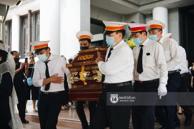 Tang lễ Hoa hậu Nguyễn Thu Thuỷ: Linh cữu được đưa đi hoả táng, em trai đau buồn ôm chặt di ảnh-1