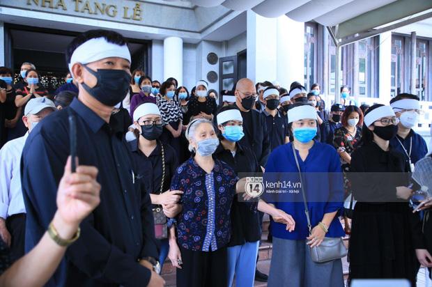 Tang lễ Hoa hậu Nguyễn Thu Thuỷ: Linh cữu được đưa đi hoả táng, em trai đau buồn ôm chặt di ảnh-6