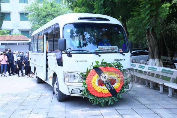 Tang lễ Hoa hậu Nguyễn Thu Thuỷ: Linh cữu được đưa đi hoả táng, em trai đau buồn ôm chặt di ảnh-8