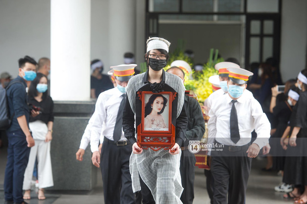2 người chồng cũ Hoa hậu Thu Thuỷ bật khóc nghẹn ngào, con trai và con gái thất thần trong tang lễ của mẹ-6