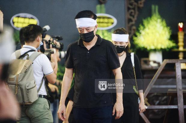 2 người chồng cũ Hoa hậu Thu Thuỷ bật khóc nghẹn ngào, con trai và con gái thất thần trong tang lễ của mẹ-2