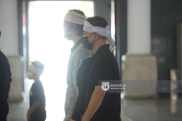 2 người chồng cũ Hoa hậu Thu Thuỷ bật khóc nghẹn ngào, con trai và con gái thất thần trong tang lễ của mẹ-1