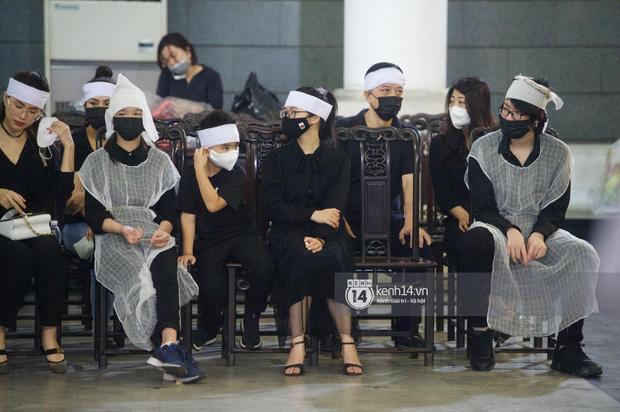 2 người chồng cũ Hoa hậu Thu Thuỷ bật khóc nghẹn ngào, con trai và con gái thất thần trong tang lễ của mẹ-10
