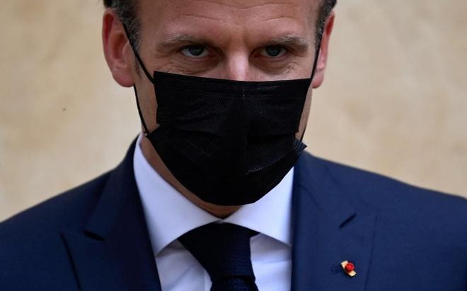 Tổng thống Pháp bị tát trong lúc đi dạo-1