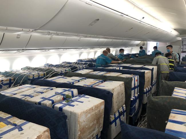 Gần 100 tấn vải thiều từ tâm dịch Bắc Giang ngồi khoang hành khách siêu máy bay vào TP.HCM-3