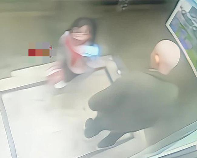 Gặp ông già xấu trong thang máy, cách xử lý thông minh đã giúp bé gái thoát nguy, bố mẹ bị một phen hú vía-1