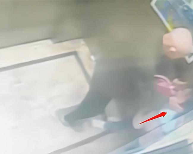 Gặp ông già xấu trong thang máy, cách xử lý thông minh đã giúp bé gái thoát nguy, bố mẹ bị một phen hú vía-3