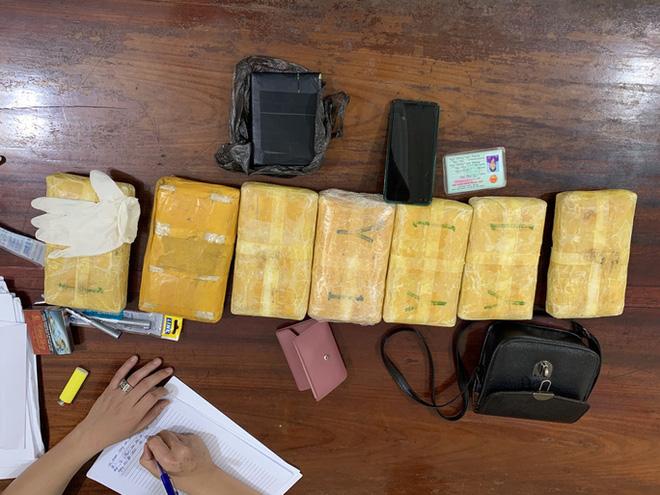 Bắt cặp tình nhân ôm 42.000 viên ma túy, 1 bánh heroin trong nhà nghỉ-3