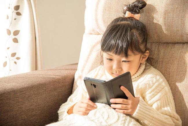 Cháu gái 11 tuổi mượn điện thoại của bà dùng, lát sau bà kiểm tra thấy mất 400 triệu đồng vì lý do không tưởng-1