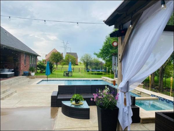 Biệt thự sang trọng, phong cách cổ điển của ca sĩ Hồng Ngọc ở Mỹ có sân vườn rộng và bể bơi đáng sống-13