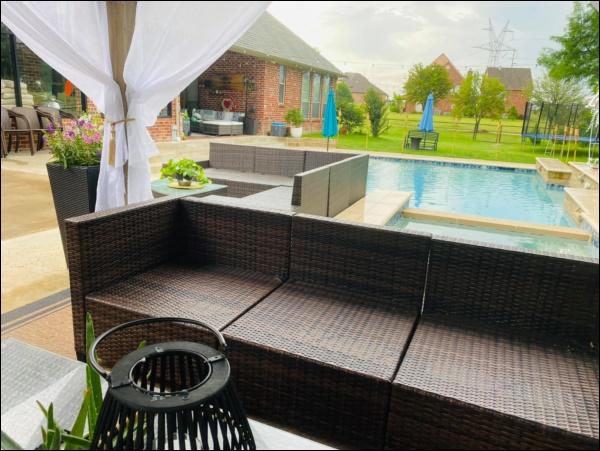 Biệt thự sang trọng, phong cách cổ điển của ca sĩ Hồng Ngọc ở Mỹ có sân vườn rộng và bể bơi đáng sống-12
