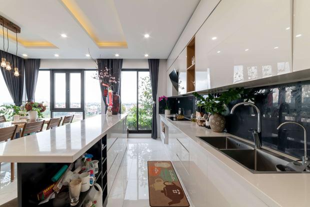 Căn nhà 5 tầng của vợ chồng Bát Tràng, thiết kế 3 ban công xanh nhưng vẫn đầu tư hẳn 400 triệu cho sân thượng 160m2-13
