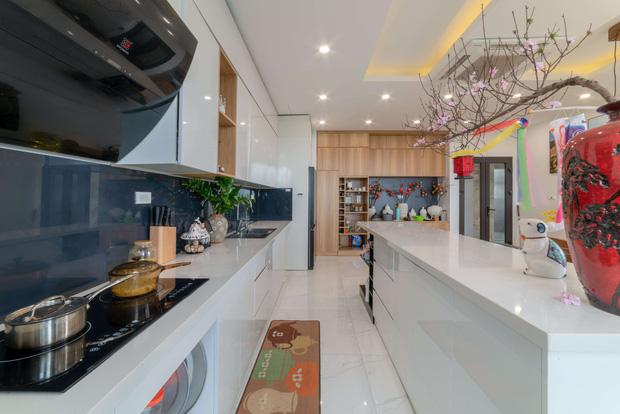 Căn nhà 5 tầng của vợ chồng Bát Tràng, thiết kế 3 ban công xanh nhưng vẫn đầu tư hẳn 400 triệu cho sân thượng 160m2-14