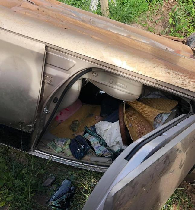 Clip: Ô tô lật úp bên vệ đường, tài xế tử vong mắc kẹt trong xe, để lộ nhiều cọc tiền mặt-1