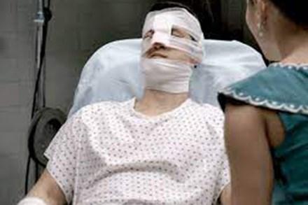 Đêm tân hôn, con gái đánh chồng nhập viện, mẹ vợ đến bệnh viện xin lỗi, bước vào thấy con rể bà choáng váng