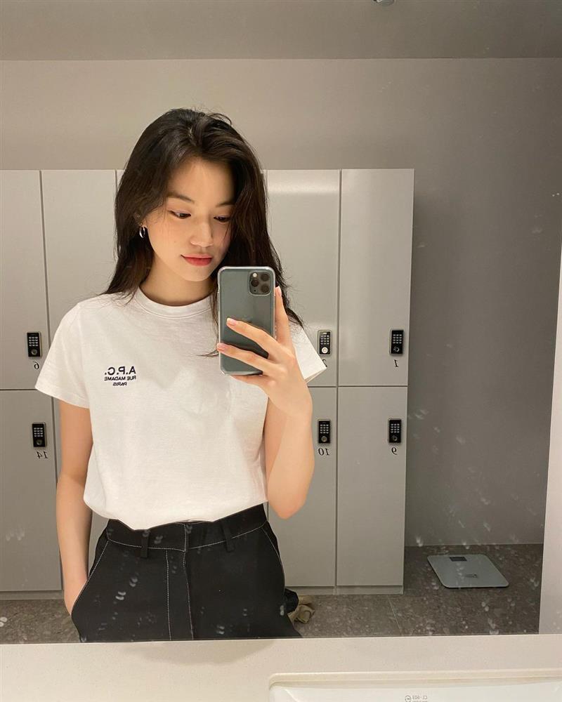 4 kiểu áo phông sao Hàn nào cũng diện, bạn sắm hết thì sẽ sành điệu từ công sở ra phố-1