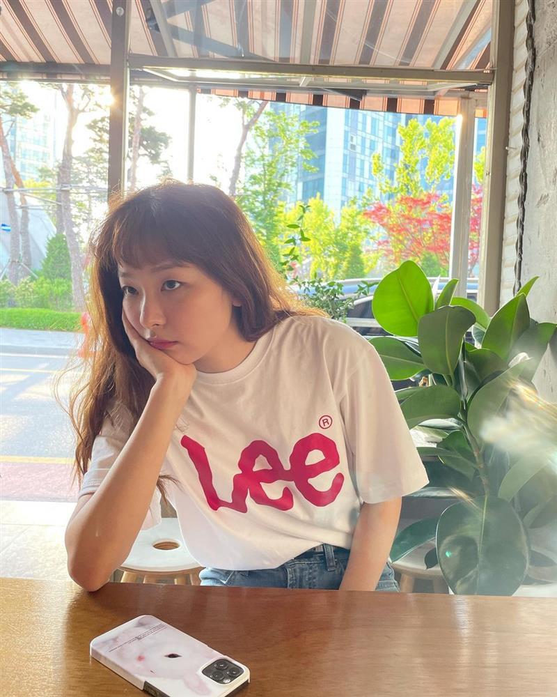 4 kiểu áo phông sao Hàn nào cũng diện, bạn sắm hết thì sẽ sành điệu từ công sở ra phố-4