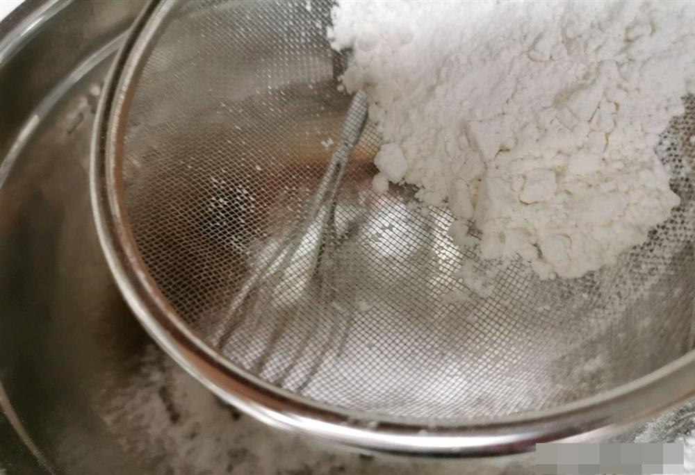 Cách làm bánh bông lan cuộn dâu tây vừa mềm xốp, lại thơm ngon cực phẩm như ngoài hàng-4