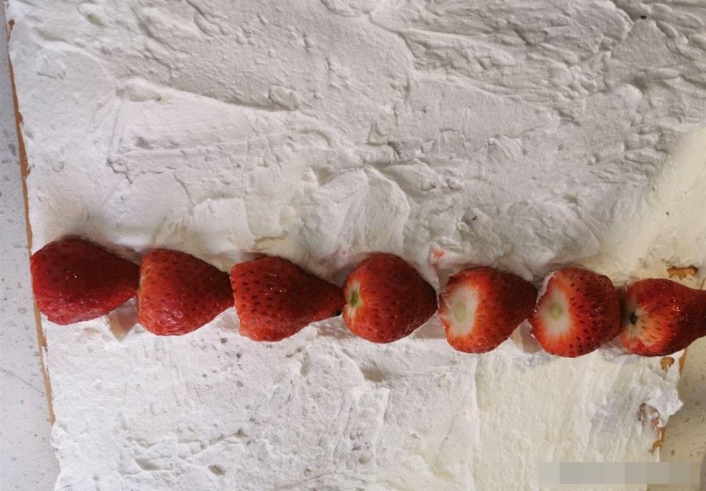 Cách làm bánh bông lan cuộn dâu tây vừa mềm xốp, lại thơm ngon cực phẩm như ngoài hàng-15