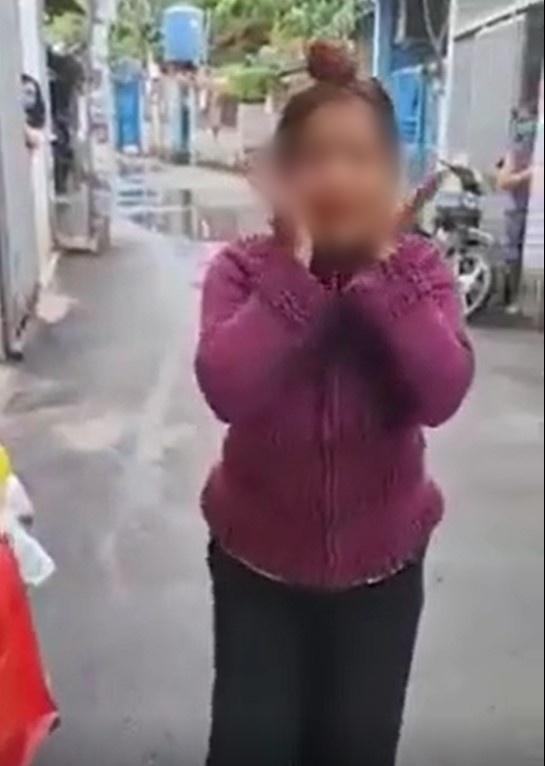 Người phụ nữ không đeo khẩu trang phi thẳng xe máy vào khu vực cách ly, lớn tiếng: Đeo khẩu trang là những người bị truy nã-1