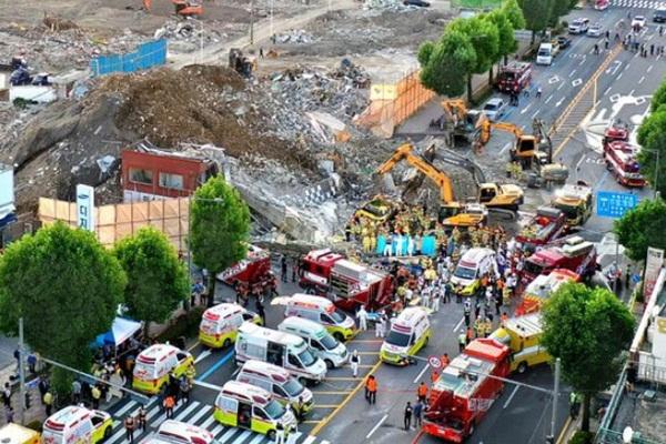 Hàn Quốc: Thảm họa tòa nhà 5 tầng đổ sập đè nát xe buýt khiến 9 người thiệt mạng, cảnh hiện trường rùng mình đến ám ảnh-3