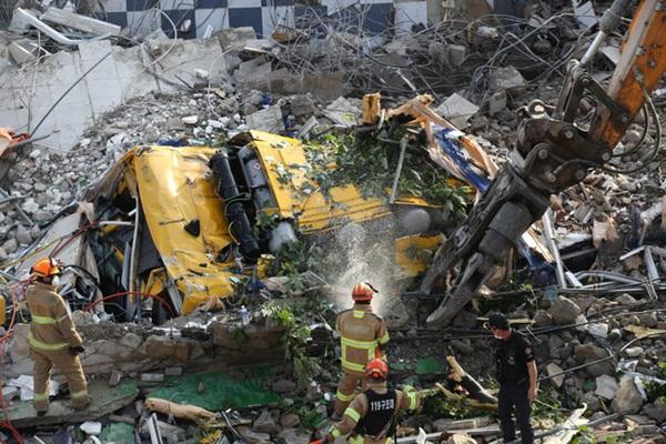 Hàn Quốc: Thảm họa tòa nhà 5 tầng đổ sập đè nát xe buýt khiến 9 người thiệt mạng, cảnh hiện trường rùng mình đến ám ảnh-4