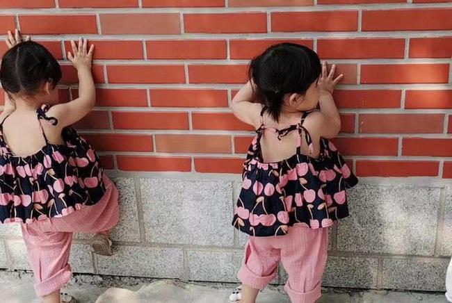 Ai nói đẻ con gái cho bớt quậy? Mẹ bỉm sữa chia sẻ hình ảnh cặp song sinh với những trò quậy phá có đôi khiến cô toát mồ hôi hột-1
