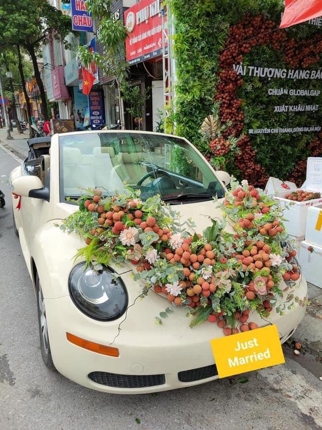 Thanh niên Bắc Giang chơi lớn không dùng hoa mà mua vải để trang trí xe cưới khiến dân mạng hết lời khen ngợi vì hành động nghĩa tình-2