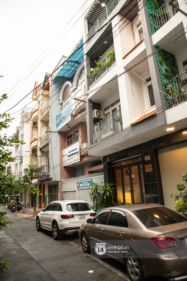 Về nhà Phi Nhung giữa loạt drama: 4 tầng lầu và chiếc Mẹc to đùng đậu ngay cửa, hàng xóm xôn xao ủa Hồ Văn Cường có bị nhốt đâu ta?-2