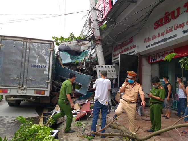 2 vợ chồng đi xe máy sang đường đột ngột đã đến gặp tài xế container xin lỗi và tới công an làm chứng-2