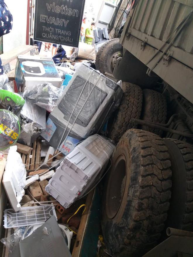 Tài xế container đánh lái cứu 2 người, tông vào nhiều nhà dân xin dừng nhận tiền hỗ trợ-4